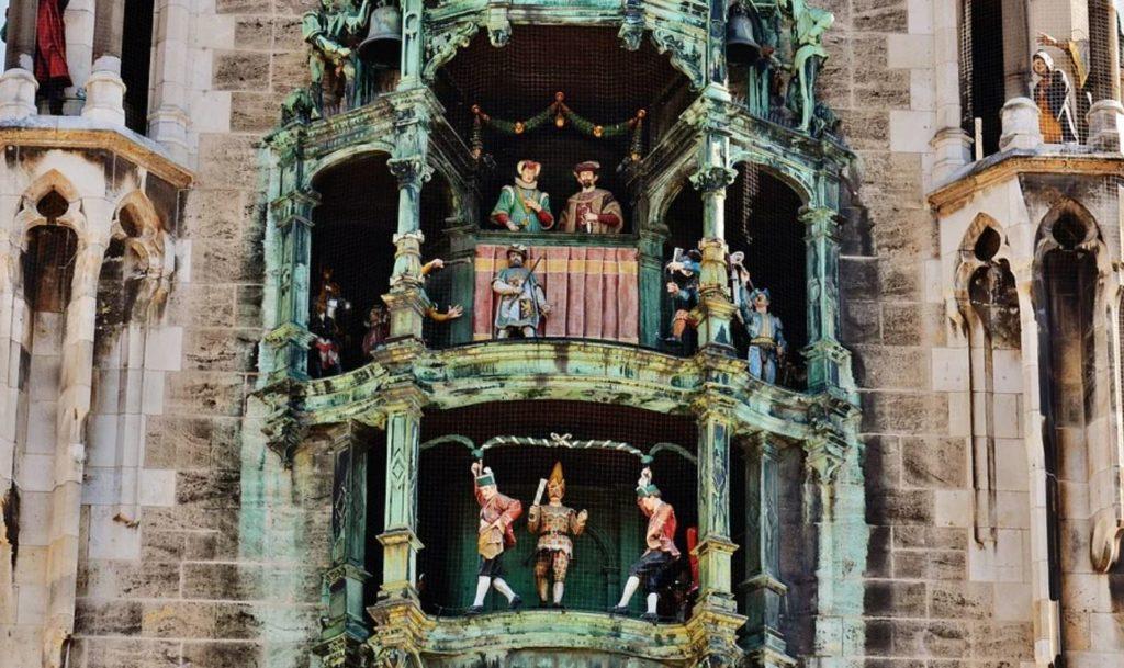 Muenchen sehen Marienplatz Glockenspiel